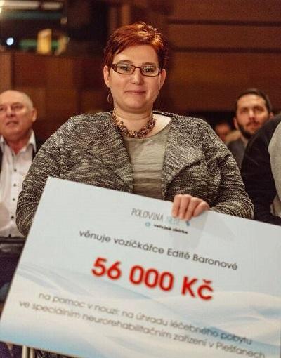 Vozíčkářka Edita Baronová převzala šek. Peníze, které se vybraly pomocí veřejné sbírky.
